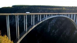 Motorrad- und Autoreiserouten führen sehr oft über beeindruckende Brücken