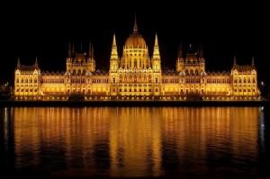 Das Parlament in Budapest bei Nacht
