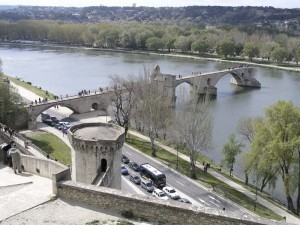 Der berühmte Pont d'Avignon, die historische Brückenruine in Avignon