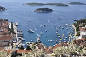 Blick auf den Hafen von Hvar an der Adriaküste